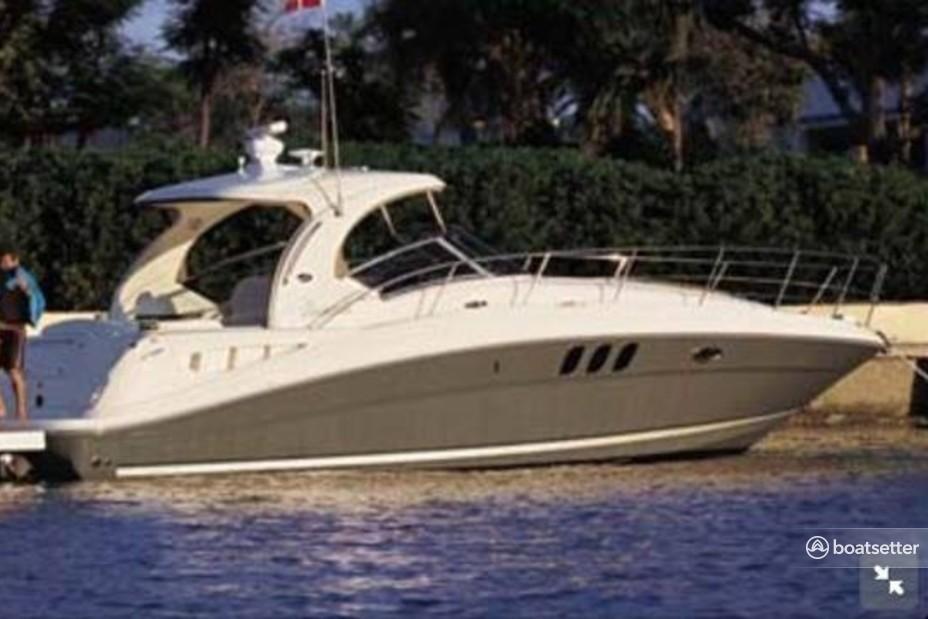 Rent a Sea Ray Boats cruiser in Québec, Quebec near me