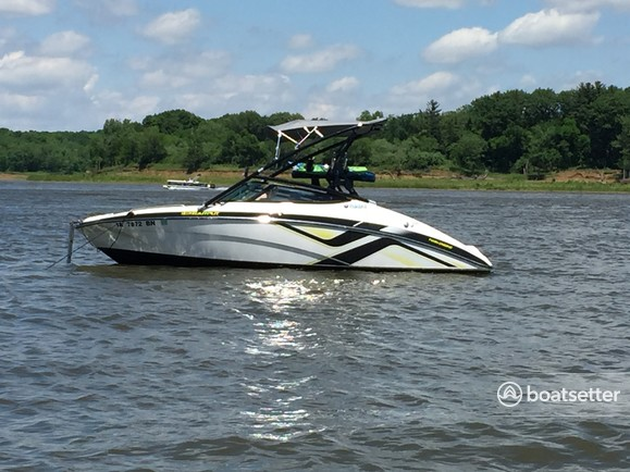 Rent a Yamaha jet boat in Hiawatha, IA near me