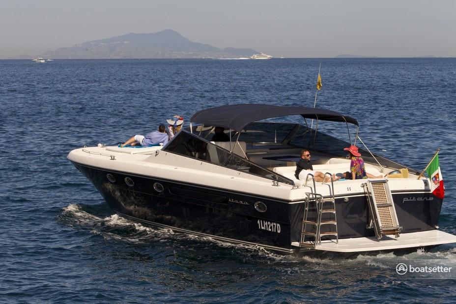 Rent a Itama motor yacht in Sorrento, Campania near me