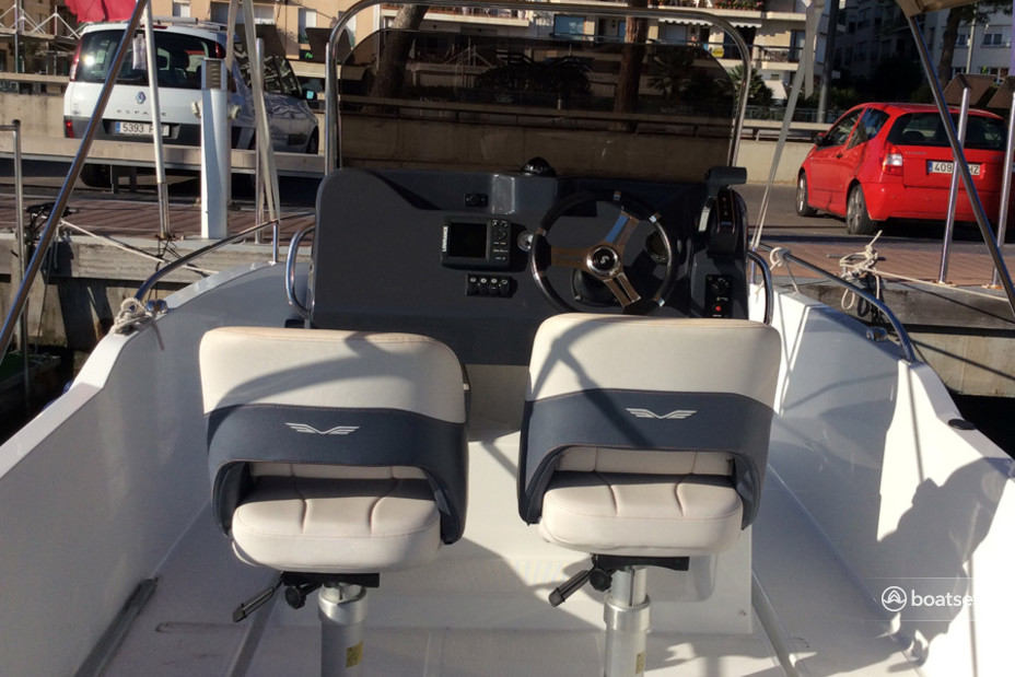 Rent a Beneteau deck boat in Cambrils, CT near me