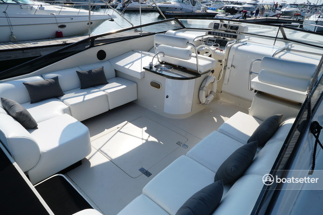 Rent a Mainship express cruiser in Chicago, IL near me
