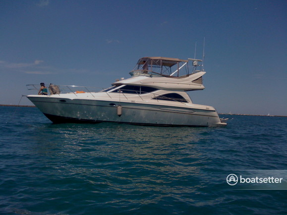 Rent a Maxum motor yacht in Chicago, IL near me