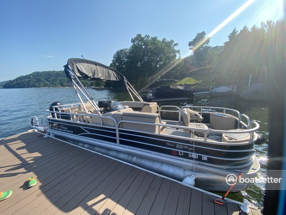 Rent a Sun Tracker pontoon in New Fairfield, CT near me