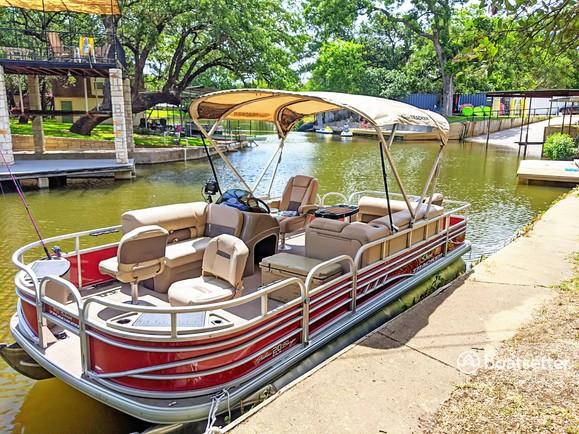 Rent a Sun Tracker pontoon in Canyon Lake, TX near me