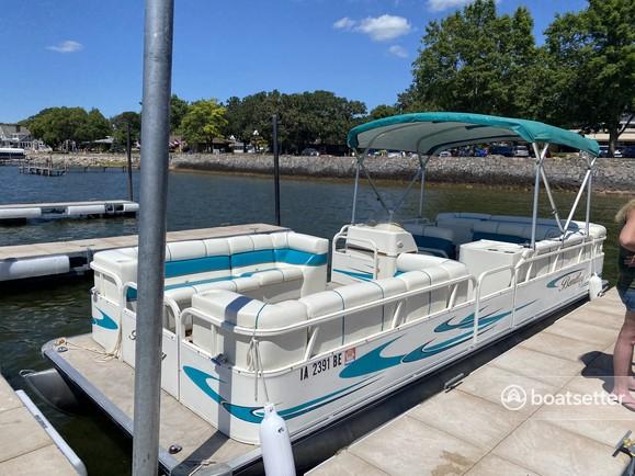 Rent a Bentley Pontoon pontoon in Clear Lake, IA near me