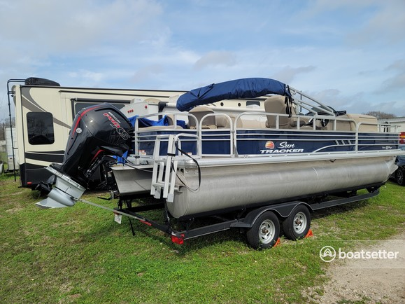 Rent a SUN TRACKER pontoon in Richmond, TX near me
