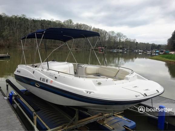Rent a Four Winns Boats deck boat in Huntersville, NC near me