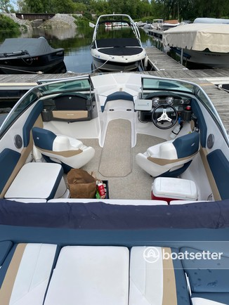 Rent a Four Winns Boats bow rider in Madison, WI near me