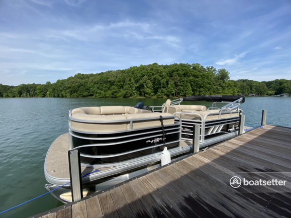 Rent a Sun Tracker  pontoon in Townville, SC near me